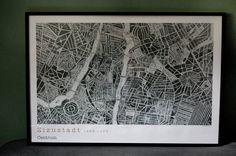 NU FINNS ZIZUSTADT I STORT FORMAT 70X100 CM! Den här underbara kartpostern har en lika underbar historia att berätta. Åren 1956-1963 skickade tonårskusinerna Johan van Berlekom och Aart de Veer A4-ark mellan Stockholm och Haag och ritade tillsammans upp fantasistaden Zizustadt. Arken fogades sedan ihop till en karta som i sin fulla storlek är ca 2x2 meter och består av närmare 3500 påhittade gator, platser och boulevarder, alla med holländska namn. En kopia av stadens centrum hängde inramad…