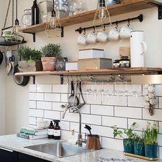 Não dá pra ter armários $$ acima da bancada da cozinha?  Que tal prateleiras? Mais barato, fácil de instalar e cumpre direitinho a função dos armários, ainda por cima, decoram e dão vida à sua cozinha!!! ❤️🍴☕️ #kitchen #decorideas #creativity #diy #facavocemesmo #agenteama #interiordesign #industry #modern #aqinteriores