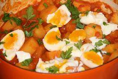Ragoût de pommes de terre, tomates et oeufs