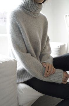 Get ready for the season with warm & cozy sweaters? Oversized sweaters are not only comfortable, but they last forever as a staple in you… Knitwear Fashion, Fur Fashion, Look Fashion, Fashion Outfits, Turtleneck Fashion, Grey Turtleneck, Leather Fashion, Fashion Details, Street Style Outfits