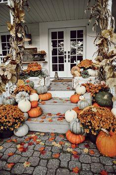 Front porch design Fall Home Decor, Autumn Home, Fal Decor, Diy Home Decor, Casa Halloween, Halloween Tags, Halloween Season, Halloween College, Halloween Mantel
