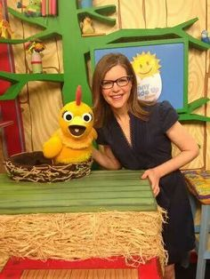 Lisa had so much fun hanging out in the Sunshine Barn with Chica and Carly on the Sunny Side Up Show on Sprout! Like her photo if you tuned in and check your local listings for reruns! Lisa Loeb, Her Music, Hanging Out, Nerdy, Local Listings, Pikachu, Cute, Sunshine, Barn