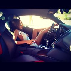 Chicos, ¿Les gustaría salir con una #chava que le guste los #autos y la velocidad? #coches #atraccion