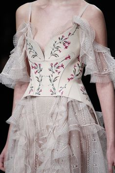 The complete Alexander McQueen Fall 2016 Ready-to-Wear fashion show now on Vogue Runway. Haute Couture Style, Couture Mode, Couture Details, Couture Fashion, Runway Fashion, Womens Fashion, Fashion Week, Look Fashion, Fashion Details