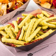 Make your fare temptingly portable with our in Black Bio Paper Boats. Ideal for catering companies and restaurants, these eco-friendly disposable serving trays are sold in bulk. Pop Art Party, Catering Companies, Restaurant, Black Paper, Green Beans, Healthy Snacks, Veggies, Nutrition, Veggie Straws
