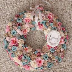 Spring wreath. Tavaszi koszorú. Pine Cone Art, Pine Cones, Summer Crafts, Burlap Wreath, Wreaths, Ornaments, Spring, Gifts, Diy