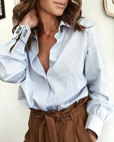 Chemise finement rayée + pantalon taille haute chocolat = le bon mix (photo Natamelie)
