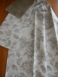 Len hatású szövött sötétítő függöny, kis és nagy virágmintával. Krémszínű alapon homokbarna mintás Curtains, Modern, Home Decor, Blinds, Trendy Tree, Decoration Home, Room Decor, Draping, Home Interior Design