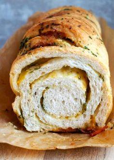 Flettebrød med pesto - Mat På Bordet Cheesy Garlic Bread, Pesto, Bread Recipes, Tapas, Easy Meals, Food And Drink, Lunch, Baking, Dinner