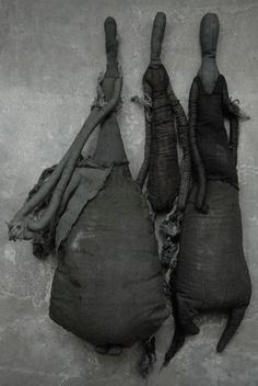 Diplômée de l'Ecole des Arts Appliqués Duperré, je crée sculptures en tissu, vêtements et accessoires pièces uniques, objets emmaillotés, photographies, installations…