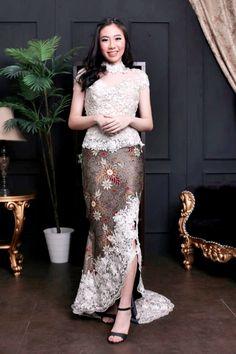 64 ideas for dress brokat remaja Kebaya Lace, Kebaya Dress, Batik Kebaya, Dress Brokat Modern, Kebaya Modern Dress, Modern Batik Dress, Traditional Fashion, Traditional Dresses, Model Kebaya Modern
