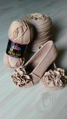 Hi, Crochet lovers, are you thinking of some crochet projects in the early Spring? This pretty set of crochet Mary Jane slippers are an easy and warm project we can hook on which is perfect for… Crochet Slipper Boots, Crochet Sandals, Crochet Slippers, Slipper Socks, Crochet Diy, Crochet Crafts, Crochet Projects, Diy Crafts, Free Crochet Bag