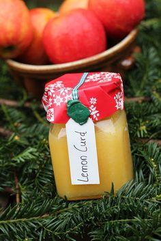 Lemoncurd, dieses Rezept kann man in allerletzter Minute noch fertigstellen, in 5 Minuten ist eine leckere Marmelade fertig. Ideales Gastgebergeschenk. Und hier ist das Rezept http://wolkenfeeskuechenwerkstatt.blogspot.de/2012/12/adventskalender-23-turchen-lemon-curd.html