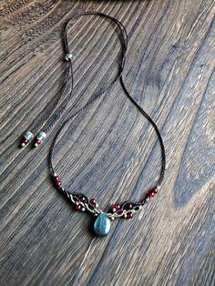 ドロップ型ラブラドライトと瑪瑙のネックレス - 螺旋の華