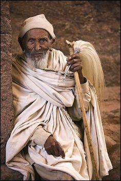 Foto priester met kwast, Lalibela Door: paulinedekker
