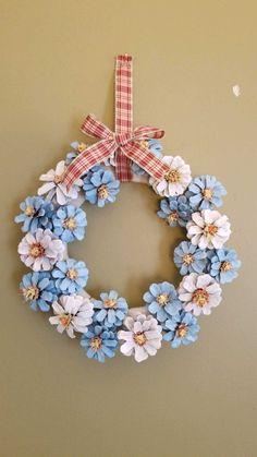 Pinecones wreath for windows Pine Cone Art, Pine Cone Crafts, Wreath Crafts, Diy Wreath, Flower Crafts, Pine Cones, Diy Spring Wreath, Spring Crafts, Hanukkah Crafts