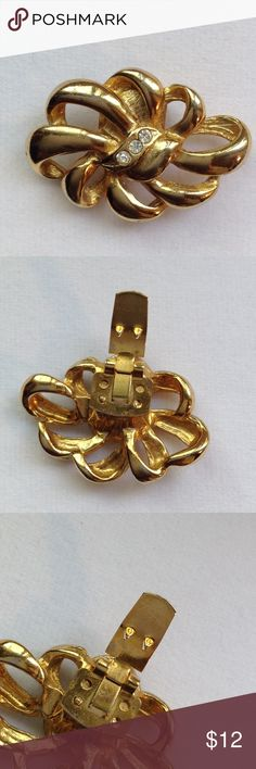 """⚜🎀⚜ FRENCH SHOE CLIP/BROOCH VINTAGE⚜🎀⚜ Beautiful shoe clip dipped in 14K Gold with three little crystals lined up in the center.  The clip is marked """"Bluette"""" made in France.  This style was very popular in the 1930s,40's and 50's. Women wore these with elegance and grace!  There is only one, and that's ok because you can use it as a brooch or scarf clip!  The clip has sharp little clasp so keep a strong hold! BLUETTE Jewelry Brooches"""