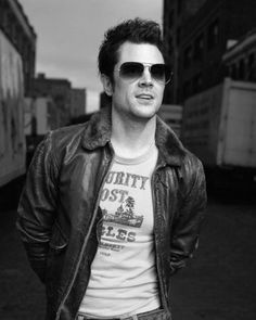 Never really paid attention to Johnny Knoxville but he's very good looking.