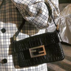 Designer Handbags a Spectacular Investment! What woman doesn't dream about owning a high fashion designer handbag? Baguette, My Bags, Purses And Bags, Fendi, Vetement Fashion, Mode Blog, Cute Bags, Vintage Bags, Little Bag