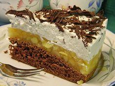 Lebkuchen-Apfeltorte  Zutaten  4  Ei(er) 120 g Zucker 90 g Mehl 1/2 TL Lebkuchengewürz 1/2 Pck. Backpulver 10 g Kakaopulver 600 g Äpfel, geputzt und geschält gewogen 350 ml Apfelsaft 4 EL Apfelsaft, (von den 350 ml wegnehmen) 1 Pck. Puddingpulver, zum Kochen, Vanillegeschmack 5 Blatt Gelatine, weiße 1  Vanilleschote(n) 500 g Magerquark 200 g saure Sahne 200 g Sahne 50 g Schokolade, zartbitter  Zubereitung  Teig:  Eier trennen. Eiweiße steif schlagen und dabei 40 g Zucker…