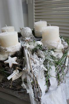 Weihnachtszeit für alle Sinne.... ein frisch duftenden Adventskranz, etwas frisches Grün der Konifeeren, der Glanz des Lichtes.... Durchmesser ca. 49 cm Höhe ca. 27 cm Auf einem sehr stabilen...