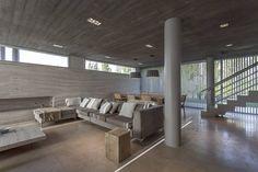CASA HARAS : Salones modernos de ESTUDIO GEYA