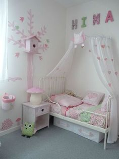 La habitacion de mi hermena rosa y blanco,hay una cama a la derecha del habitacion, una lampara que se situa encima del comoda y la comoda esta a lado del cama