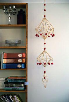 Perinteinen olkihimmeli on saanut rinnalleen lukuisia uusia muotoja ja materiaaleja, jotka tekevät siitä mihin tahansa vuodenaikaan sopivan koristeen.... Diy Crafts For Gifts, Fun Crafts, Decorating Your Home, Diy Home Decor, Paper Chandelier, Diy Straw, Deco Nature, Mobiles, Room Decor Bedroom