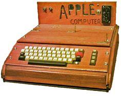 1976 - Apple I - El primer ordenador de Apple. Inicialmente se fabricaron sólo 50 unidades y se vendían en una tienda local en Mountain View (Byte Shop) a un precio de $500 dólares al propietario de la tienda, Paul Terrel, para dejarle así una ganancia de un $166.66 dólares por cada unidad Fue descontinuada en octubre de 1977, ya que la compañía había lanzado el Apple II en junio de ese mismo año.