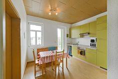 Die Wohnküche mit Blick zum Balkon in 4-Zimmerwohnung in Zwickau Bahnhofsvorstadt