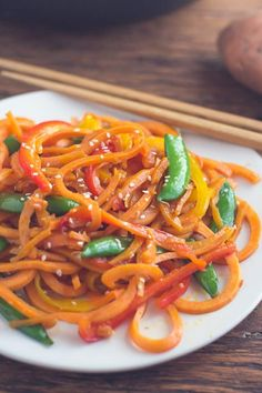 This Sweet Potato Pasta Lo Mein is SUPER easy to throw together and a healthy VEGAN option for lunch and dinner! Healthy Dishes, Good Healthy Recipes, New Recipes, Vegetarian Recipes, Delicious Recipes, Amazing Recipes, Drink Recipes, Healthy Meals, Easy Recipes