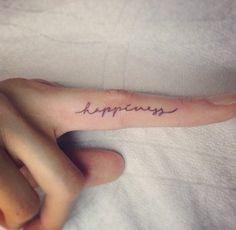tatuaggi-scritte-dita-nascosti-nero-calligrafia-carattere-indice-nascosto-di-moda-trend