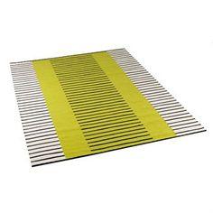 Et vakkert teppe i fem forskjellige farger å velge mellom. Brede flater i naturhvitt og farge gir liv og bevegelse i samspillet med distinkte svarte linjer. Designet av Erika Lagerbielke. Fra Kateha.