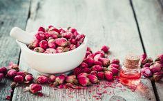 Are you interested in maintaining the youthful appearance of the skin, for as long as it is possible? Do you about the rose water benefits, rose for skin