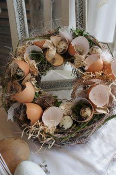 Eine wunderschön natürlicher Osterkranz mit echten Eierschalen, in denen sich teilweise Wachteleierter tummeln.....  Traumhaft filigran... Kann als Tischkranz, gerne mit eiem Windlichtglas, als...