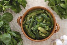 L'insalata di zucchine alla menta e basilico è un contorno semplice e leggero, che viene reso più fresco e saporito dalla menta e dal basilico!