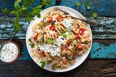 Ingrédients Poulet façon Shish taouk 2 poitrines de poulet désossées marinées Shish taouk 2 c. à soupe (30 ml) de beurre Menthe fraîche, hachée (ou basilic ou coriandre) Sel et poivre au goût Tzatziki Le jus et le zeste d'une lime 1 demi-concombre, en dés 1 oignons rouges, hachés finement 1 tasse (250 ml) de yogourt grec, nature Salade de quinoa 1 oignons rouges, hachés finement Une poignée d'olives Kalamata 1 tasse (250 ml) de tomates cerises, coupées en deux 1 gousse d'ail, émincée 1…