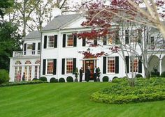 Splendor in the South Neel Reid home in Atlanta. This picture doesn't do justice to the house in real life. Exterior Design, Interior And Exterior, Villa, Dream House Exterior, House Exteriors, Southern Homes, Southern Charm, Classic House, Modern Classic