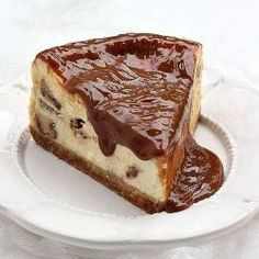 Cheesecake full of Twix bars and with amazingly sweet top. Gorgeous. (scroll down for English recipe)