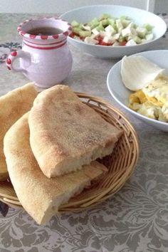 Bonjour à tous ! Voici le matlou3 un pain léger cuit à la poêle : Vous pouvez le faire à la farine à la semoule extra fine ou un mélange des deux . Ici j ai utilisé de la farine Je mets 500 gr de farine 20gr de levure fraîche Ou 2 sachets de levure boulangère...