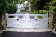 Driveway Security Gates New 44 Beautiful Automatic Driveway Gate Ideas - Comprarun Picket Gate, White Picket Fence, White Fence, Green Fence, Front Yard Fence, Front Gates, Entrance Gates, Farm Gate, Fence Gate