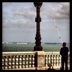 Cádiz. Hombre pescando en el Atlántico
