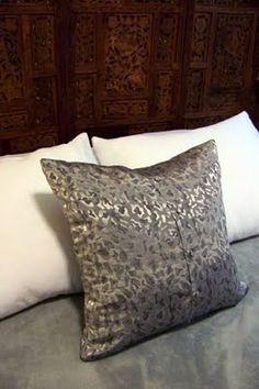 Bromelia: DIY Mercoledì: Fai una no-cerniera cuscino shirt - Moda e decorazioni per la casa fai da te e di ispirazione