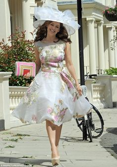 Kelly Brook looks fabulous in florals and a flamboyant hat at Royal Ascot Ascot Dresses, Dress Hats, Fashion Dresses, Dress Up, Belle Epoque, Derby Outfits, Races Fashion, Women's Fashion, Kelly Brook