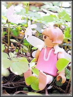 """Wald-Sauerklee  von Cicely Mary Barker   Sagt der Elf zum Sauerklee: """"So wie ich die Sache seh, sind wir beide doch recht klein. Muss das eigentlich so sein?""""   Sauerklee sagt: """"Aber nein, höre Elf, es trügt der Schein, denn so manches Käfertier ist viel kleiner noch als wir."""""""