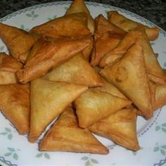 Beef and potatoes are the main ingredients folded inside these wonderful deep fried samosas. My friend from Bangladesh gave me this savory, spicy recipe. Samosas, Spicy Recipes, Cooking Recipes, Curry Recipes, Avocado Recipes, Cooking Tips, Indian Appetizers, Indian Snacks, South African Recipes