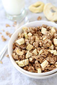 La granola más básica consiste en una mezcla de nueces, almendras u otros frutos secos con avena y miel que se cocina hasta que quede crujiente. Se destaca por ser un alimento que aporta mucha...