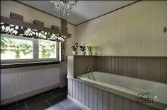Goed idee, een koof maken en daaronder een mooi rolgordijn hangen Alcove, Bathtub, Bathroom, Wood Tiles, Interior Ideas, Google, Standing Bath, Washroom, Bathtubs