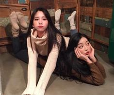 Find images and videos about friends, korean and ulzzang on We Heart It - the app to get lost in what you love. Foto Best Friend, Best Friend Fotos, Best Friend Pictures, Friend Photos, Korean Couple, Korean Girl, Ulzzang Girl Fashion, Korean Best Friends, Poses Photo