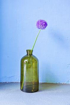 Ob als minimaoistisches Stillleben oder mit einem üppigen Blumenstrauß, diese Vase im traumhaften Flaschengrün ist ein absoluter Klassiker. Glass Vase, Home Decor, Home Desk, Dark Furniture, Light In The Dark, Vases, Still Life, Flasks, Decoration Home